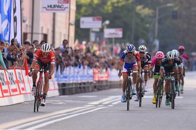 Toms Skujiņš attacca sul rettilineo darrivo della Tre Valli e vince la corsa varesina, prova conclusiva del Trittico Lombardo (foto Bettini)
