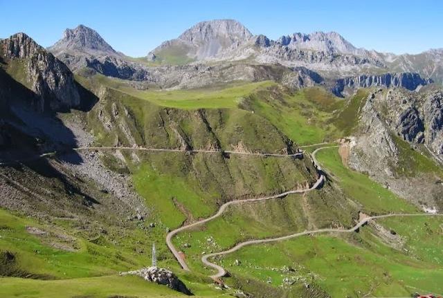 La strada che sale verso lAlto de la Cubilla, una delle mete inedite della Vuelta 2019 (www.jandrocandas.com)