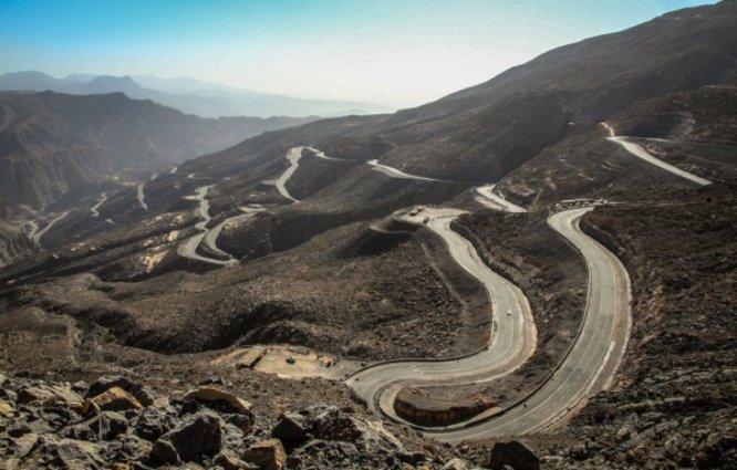La spettacolare strada che risale la Jebel Jais, linedita salita degli Emirati Arabi Uniti che il gruppo scoprirà allUAE Tour (www.drive.com.au)