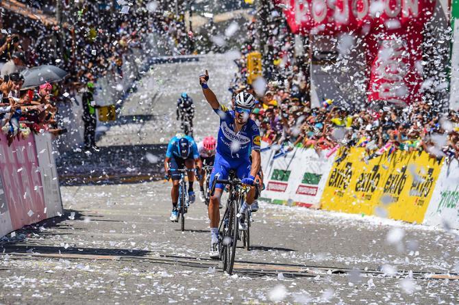 Sotto una cascata di coriandoli il francesino della Deucenink vince la penultima tappa del Tour Colombia 2.1 (foto Bettini)