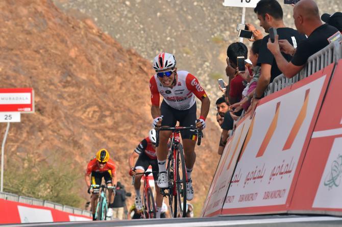 Caleb Ewan doma il ripido muro di Hatta e vince la 4a frazione del Giro degli Emirati Arabi Uniti (foto Bettini)