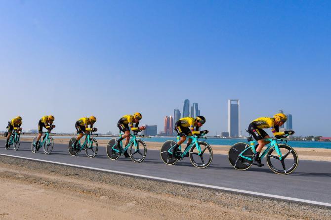 I corridori del Team Jumbo Visma sfrecciano nella cronosquadre dapertura dellUAE Tour (foto Bettini)