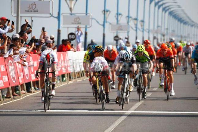 Kristoff vince la prima tappa del Tour of Oman sulla corniche di Suhar (foto Bettini)