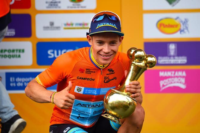Miguel Ángel López felice sul podio, sua la seconda edizione del Tour Colombia 2.1 (foto Bettini)