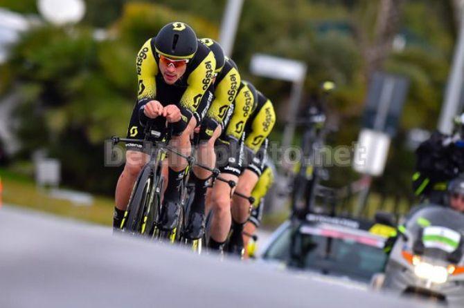 Il team australiano Mitchelton - Scott lanciato verso il successo sul litorale versiliano (foto Bettini)