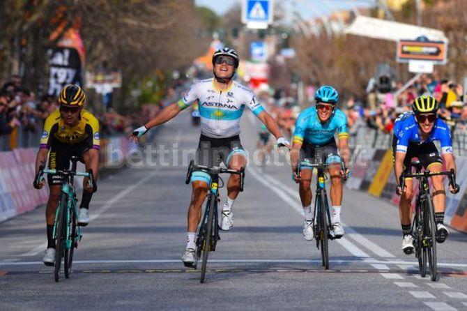 Lutsenko da uno schiaffo alla sfortuna e vince una per lui sofferta frazione alla Tirreno-Adriatico (foto Bettini)