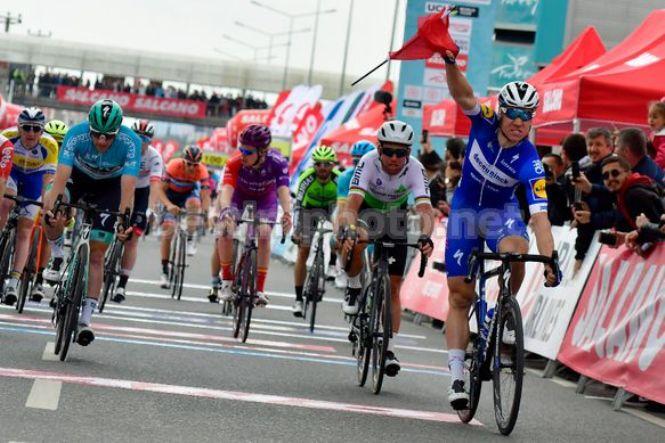 Lolandese Jakobsen vince la terza tappa del Turchia superando allo sprint il capoclassifica Sam Bennett (foto Bettini)