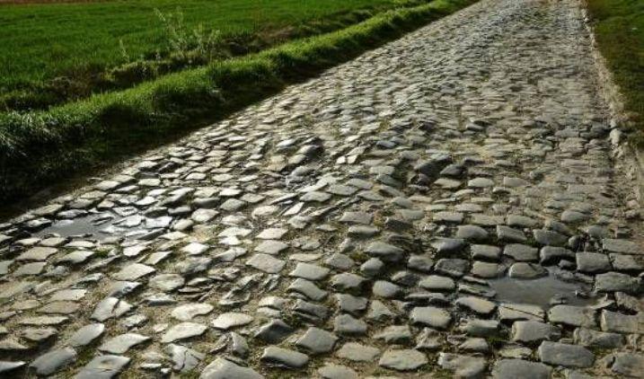 Il Carrefour de lArbre, uno dei più celebri tratti della Parigi-Roubaix (fr.sports.yahoo.com)
