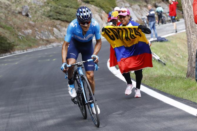Carapaz allattacco verso Courmayeur mentre un suo tifoso sventola la bandiera dellEcuador (foto Bettini)