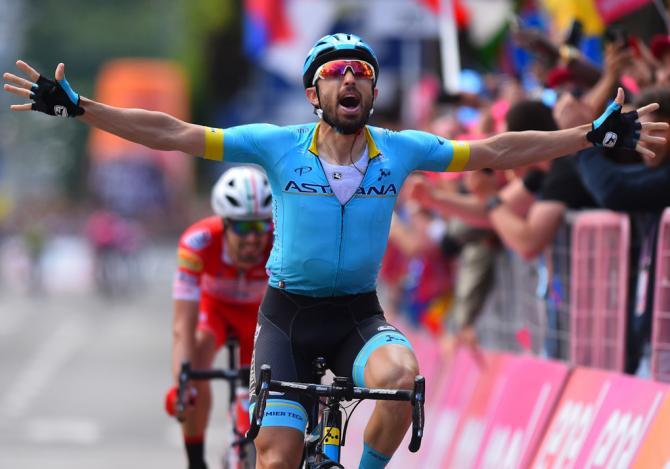 Dario Cataldo abbranca a piene mani il successo nella tappa di Como (foto Bettini)