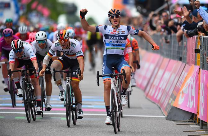 Cima esulta e Ackermann impreca al termine della più appassionante tra le frazioni destinati ai velocisti del Giro 2019 (foto Bettini)