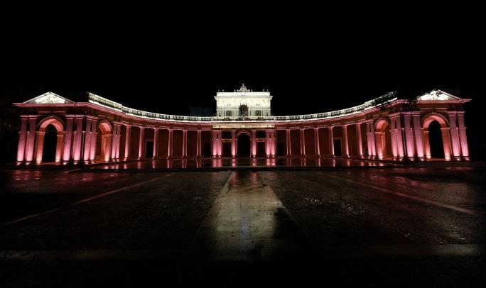 Il Palazzo dellEmiciclo, sede del Consiglio regionale dellAbruzzo, illuminato di rosa in occasione del Giro (www.abruzzolive.it)