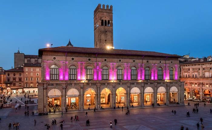 Palazzo del Podestà a Bologna illuminato di rosa in occasione del partenza del Giro dItalia (www.bolognatoday.it)