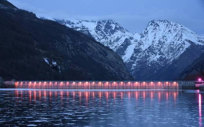 La diga del Lago Serrù illuminata di rosa in occasione dellarrivo del Giro a Ceresole Reale (bici.news)
