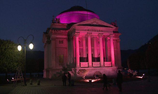 Il Tempio Voltiano di Como illuminato di rosa in occasione del Giro dItalia (www.espansionetv.it)
