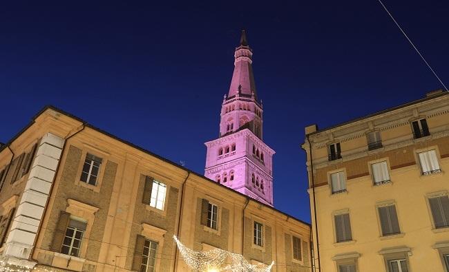 La Ghirlandina di Modena illuminata di rosa in occasione dellarrivo del Giro dItalia (www.emiliaromagnanews24.it)