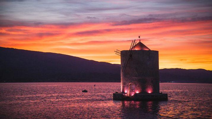 Il Mulino Spagnolo nella laguna di Orbetello illuminato di rosa in occasione dellarrivo del Giro (www.lextra.news)