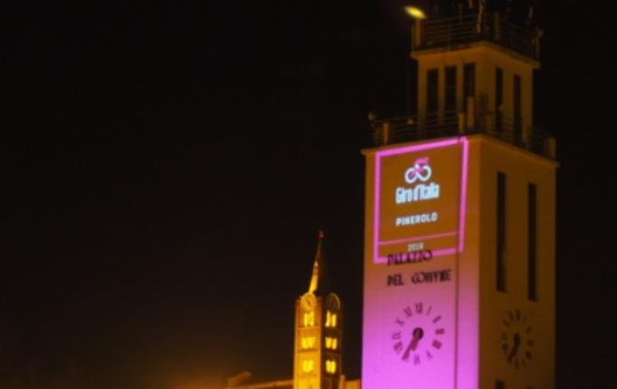 La torre del Palazzo del Comune di Pinerolo illuminata di rosa (www.comeedove.it)