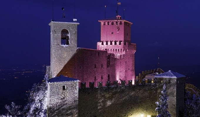 Una delle tre rocche simbolo della città di San Marino illuminata di rosa in occasione dellarrivo del Giro (www.giroditalia.it)