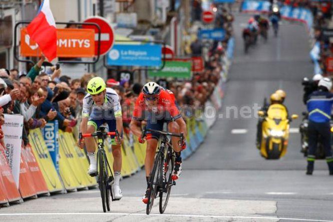Sprint in salita per Dylan Teuns e Guillaume Martin sul traguardo di Craponne-sur-Arzon, seconda tappa del Criterium del Delfinato 2019 (foto Bettini)