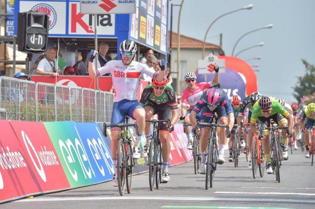 Corridori della nazionale britannica ancora protagonisti al Giro dItalia U23: dopo le due affermazione di Ethan Hayter ora è arrivato il turno di Matthew Walls, primo allo sprint in quel di Pescia (foto IsolaPress)