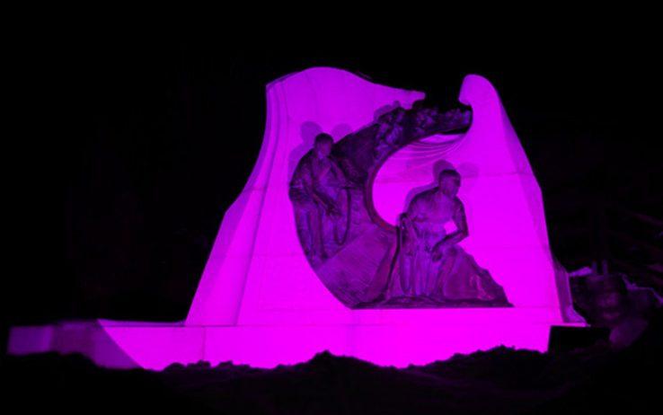 Il monumento a Tullio Campagnolo, sulla sommità del Passo di Croce dAune, illuminato di rosa in occasione dellarrivo del Giro dItalia (sport.sky.it)