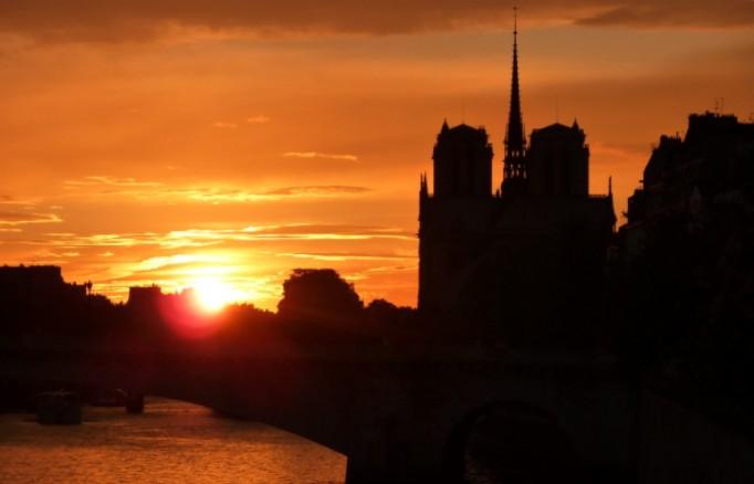 Il sole tramonta su Parigi e sulla 106a edizione del Tour de France (www.cassonadeetcamembert.fr)
