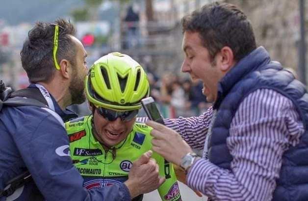 Valerio Bianco (primo da sinistra) accoglie esultante Simone Velasco al traguardo del Trofeo Laigueglia 2019 (Facebook)