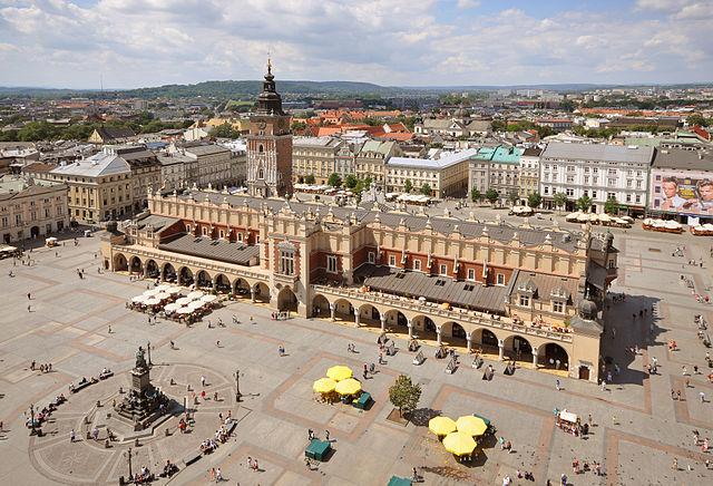 Piazza del Mercato a Cracovia, la cittadina dalla quale il circuito World Tour si rimetterà in marcia con il Tour de Pologne (www.tripwolf.com)