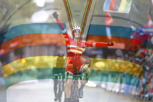 Mads Pedersen conquista il mondiale dello Yorkshire e vestirà per un anno la prestigiosa maglia iridata (foto Bettini)
