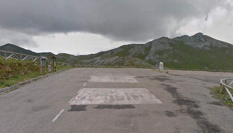 Il piazzale al termine della durissima salita dellAngliru (Google Street View)