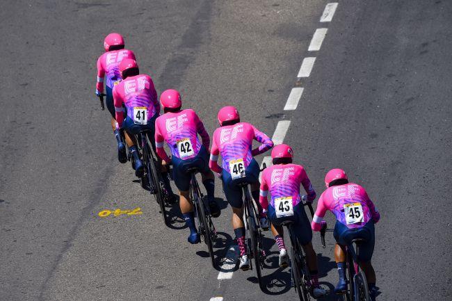 La formazione statunitense EF Pro Cycling detta legge sul velocissimo circuito di Tunja (foto Bettini)