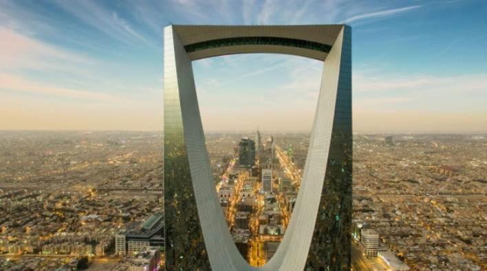Il grattacielo del Kingdom Centre di Riyadh, la capitale dellArabia Saudita, che questanno ospiterà diversi traguardo della prima edizione del Saudi Tour (igsmag.com)