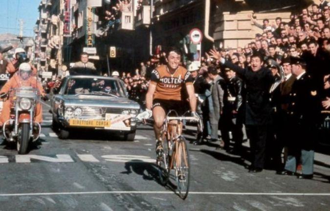 Michele Dancelli taglia vittorioso il traguardo di Via Roma alla Milano-Sanremo del 1970