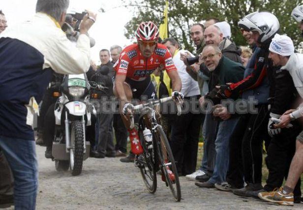 Roubaix in fuga sul pavè della Parigi-Roubaix 2010 (foto Bettini)