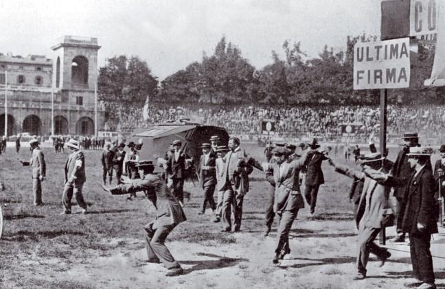 Grande protagonista del Giro del 1909 fu anche il pubblico, nel bene e nel male: ecco la calorosa accoglienza che fu riservata ai girini al momento dellarrivo a Milano