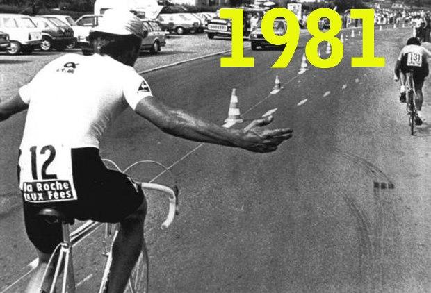 Una delle istantanee più emblematiche del Tour de France 1981: durante la cronometro di Mulhouse laustraliano Andersonm, secondo in classifica, si vede sfrecciare accanto a velocità doppia Hinault e allarga sconsolato le braccia
