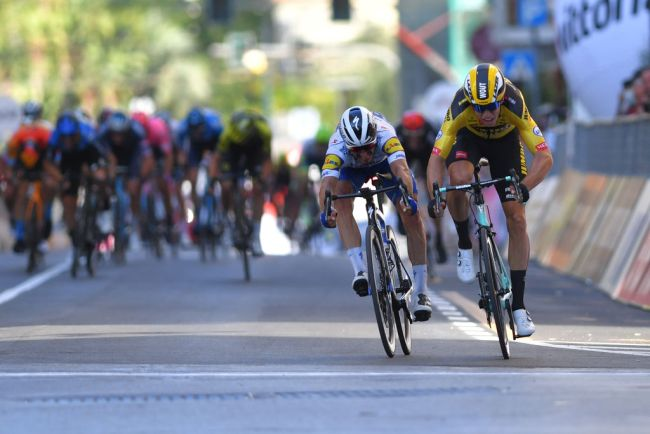 Wout Van Aert batte Alaphilippe alla Milano-Sanremo 2020 (Getty Images)