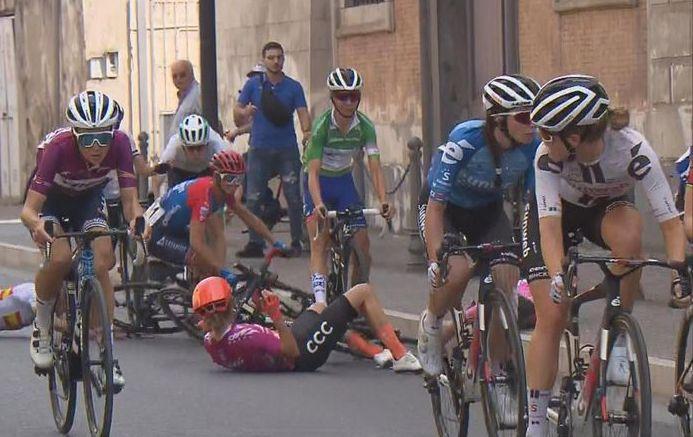 La caduta che ha cambiato i connotati al Giro Rosa a Maddaloni (Eurosport)